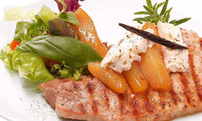 Gegrillte Minuten-Schweinekoteletts mit Feta-Birnen