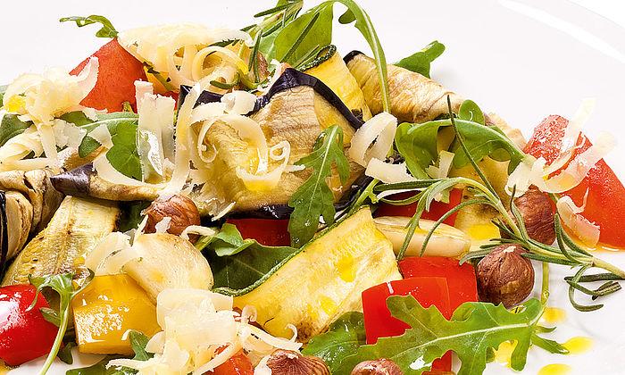 Lauwarmer Gemüsesalat mit Rucola