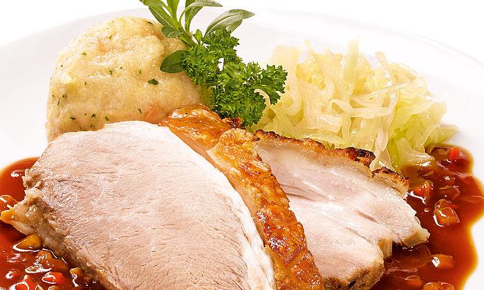 Bayerischer Schweinebraten mit Kümmel-Senf-Kruste