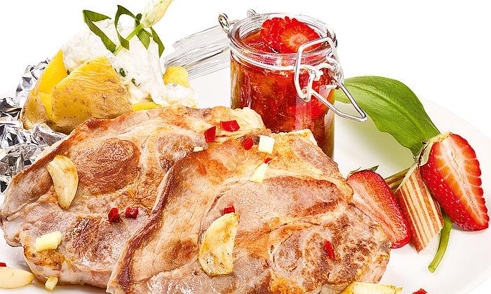 Schweinehalssteak in Honigmarinade mit Rhabarber-Erdbeere-Chutney