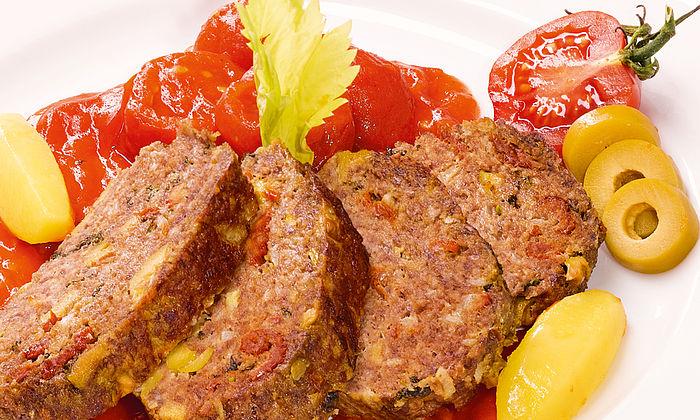 Mediterraner Hackbraten mit Oliven und scharfer Tomatensauce