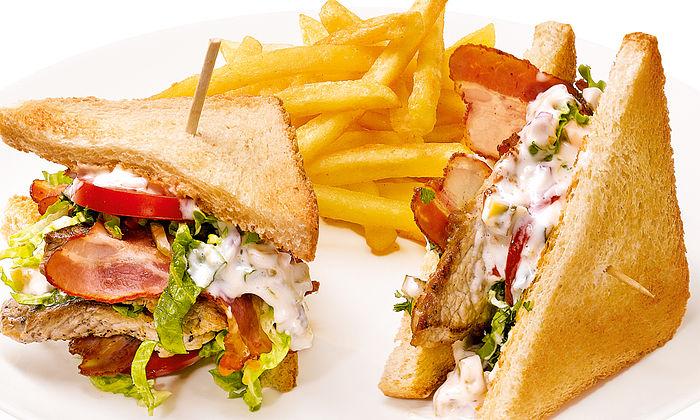 Clubsandwich XXL mit Schweineschnitzelchen und Zitronenmayo
