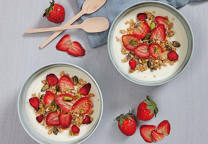 Honig-Knuspermüsli mit Erdbeerchips