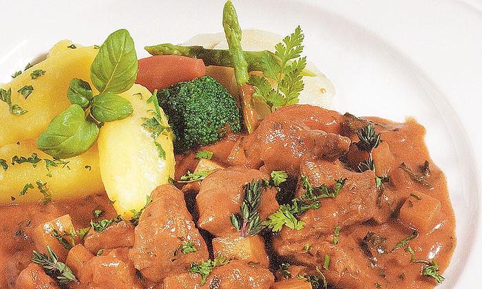 Schweine-Rahmgulasch mit Kartoffeln und Kräutern
