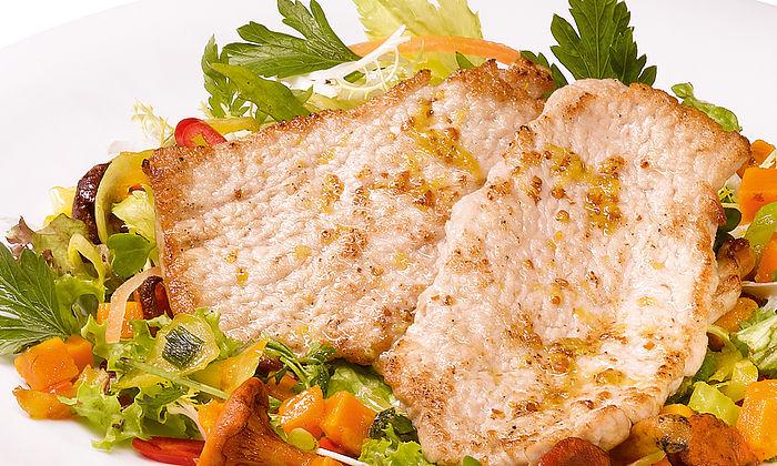 Herbstsalat mit Kürbis, Pfifferlingen und zitronigen Mini-Schnitzeln