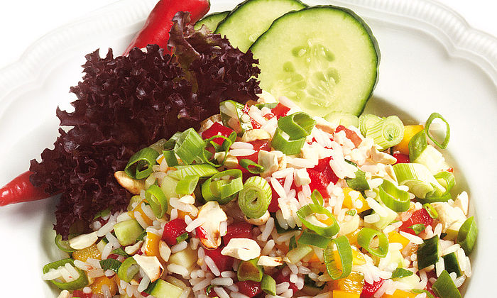 Bunter Reissalat mit Chili-Dressing