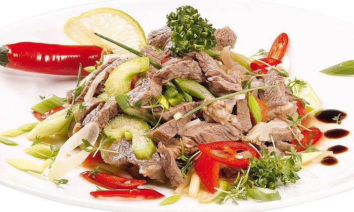 Scharf-würziger Rindfleischsalat mit Röstbrotscheiben