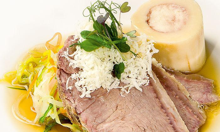 Siedfleisch mit Markknochen und Wurzelgemüse