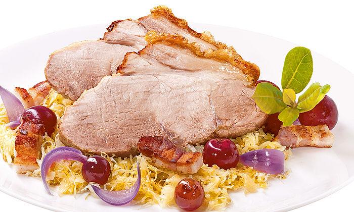 Krustenbraten mit Weinbeeren Sauerkraut