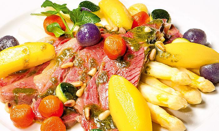 Gepökelte Rinderbrust mit Basilikumpesto an weißem Stangenspargel und Safrankartoffeln