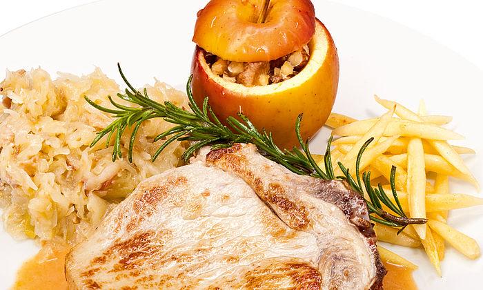 Schweineschnitzel oder -koteletts mit Bratapfel