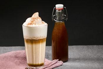 Latte Macchiato mit Kürbis-Gewürz-Sirup