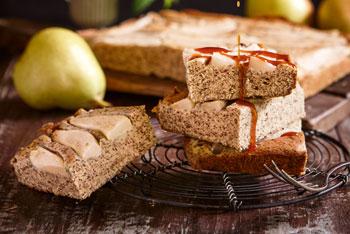 Mohnkuchen mit Birnen und Hagebutten-Sauce