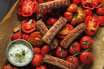 Cevapcici mit Joghurt-Knoblauch-Dip und gebackenen Tomaten