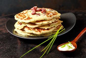 Landjäger-Pfannkuchen mit Gartenkräutern