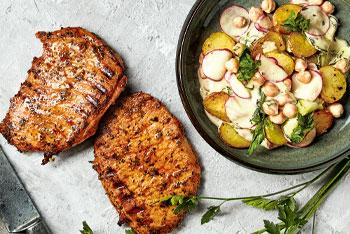VonHier-Schweinerückensteak mit Kartoffel-Gurkensalat