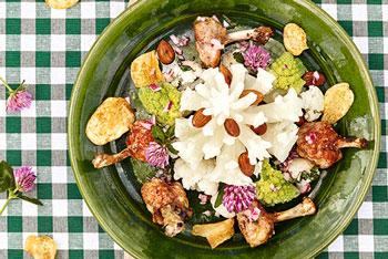 Blumenkohl-Romanesco-Salat mit Hühnerflügeln