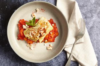 Spitzkohlwrap mit Zucchini-Feta-Fritters auf Paprikasugo