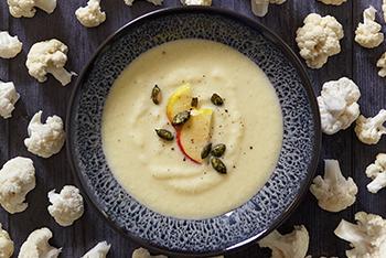 Blumenkohl-Apfel-Cremesuppe mit VonHier-Kürbiskernen