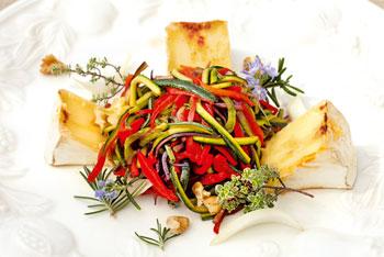 Camembert mit Kräuter der Provence auf Ratatouille-Salat