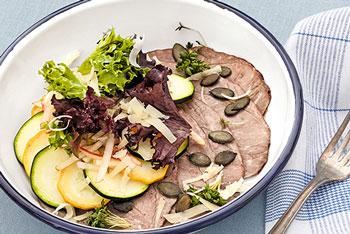 Carpaccio von gesottener Rinderschulter mit Apfel-Birnen-Salat