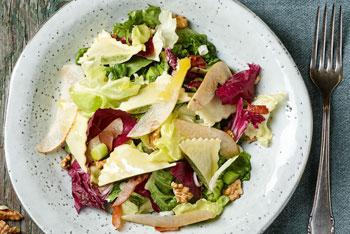 Maultaschen-Salat mir Birnen und Walnüssen