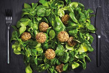 Linsenbällchen mit Feldsalat