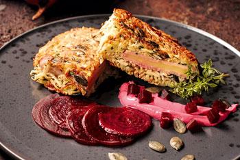 Kartoffel-Cordon bleu auf Rote-Beete-Soße