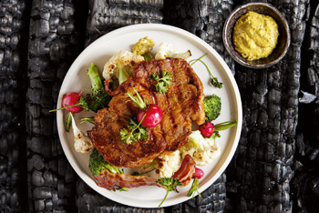 Gourmella-Schweinesteak mit Blumenkohl, Radieschen, Brokkoli und Senfcreme