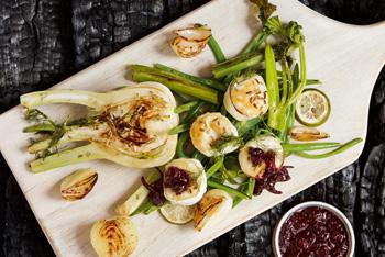 Ziegenkäse auf Fenchel-Bohnen-Salat mit Zwiebel-Heidelbeer-Chutney